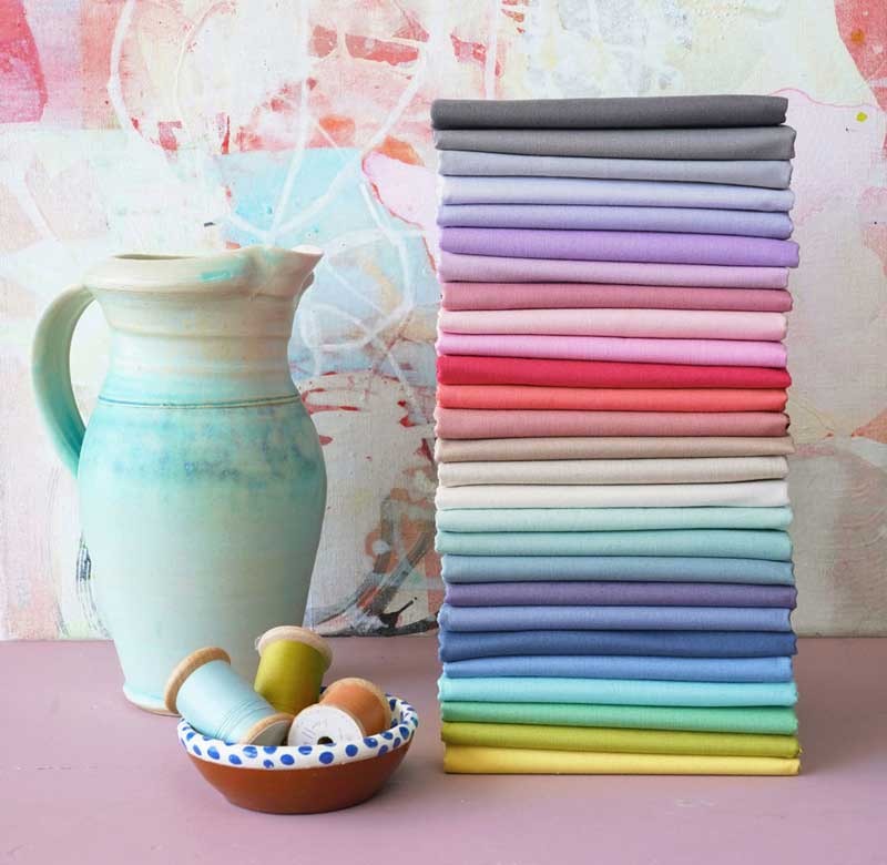 una pila di tessuti colorati sopra un piano